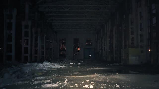 förstörd och övergiven läskiga fabrik lager hangar på natten mot bakgrund av ficklampor - mänsklig bosättning bildbanksvideor och videomaterial från bakom kulisserna