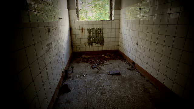vídeos de stock e filmes b-roll de arruinado casa de banho em uma casa abandonada - sem higiene