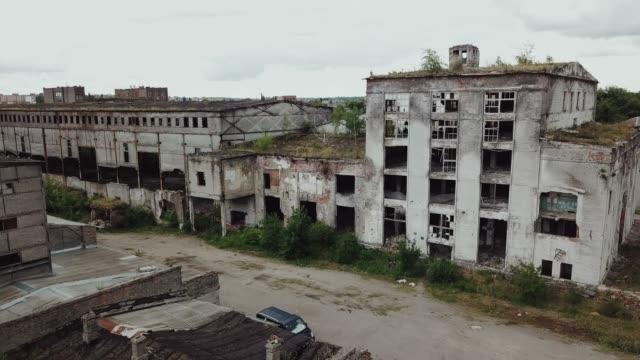 stockvideo's en b-roll-footage met ruïnes van een zeer zwaar vervuilde industriële fabriek. - verlaten slechte staat