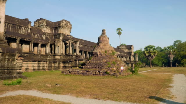 ruinen von angkor wat tempel in den frühen morgenstunden - kambodschanische kultur stock-videos und b-roll-filmmaterial