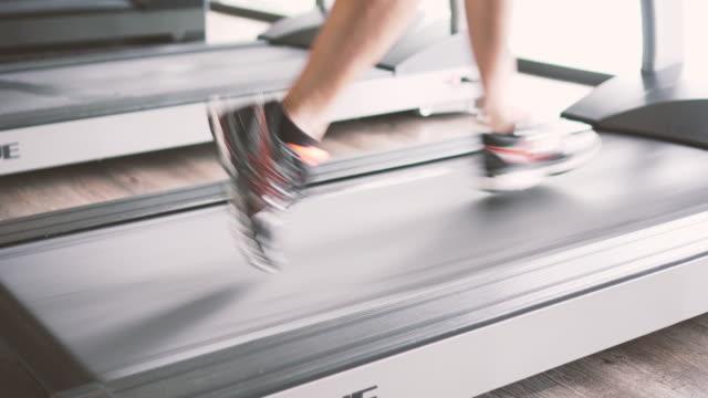 Courir vite sur le tapis de course - Vidéo