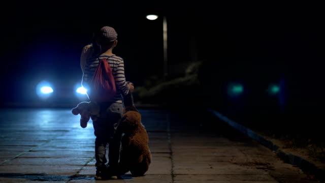 vídeos de stock e filmes b-roll de a runaway boy - criança perdida