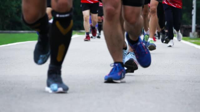 4 k: マラソンでランナーの足 - 筋肉質点の映像素材/bロール