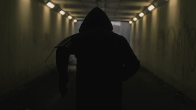 runner in the tunnel - computer indossabile video stock e b–roll