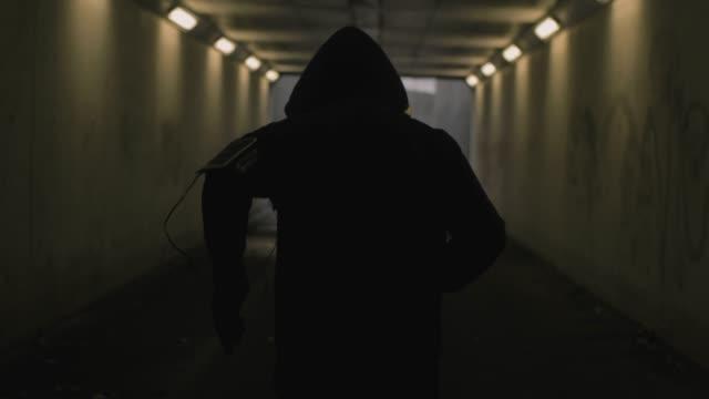tünelde runner - sadece erkekler stok videoları ve detay görüntü çekimi