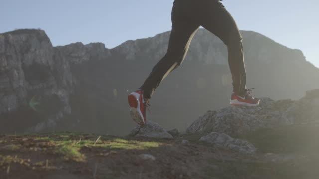löpare på väg - jogging hill bildbanksvideor och videomaterial från bakom kulisserna
