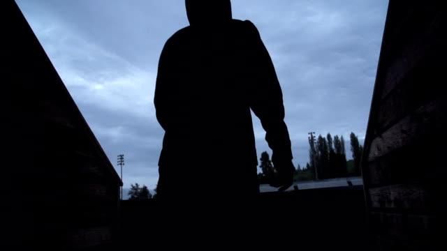atlet atletizm için yürüyor. - uzun adımlarla yürümek stok videoları ve detay görüntü çekimi