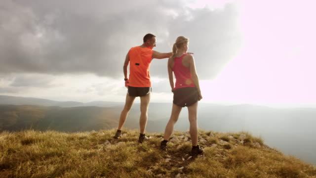 PAN SLO Missouri coureurs vérifiant la vallée du haut de la montagne - Vidéo