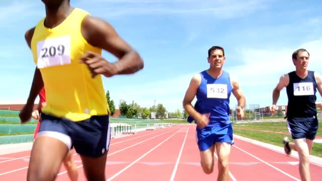 vidéos et rushes de coureurs à franchir la ligne d'arrivée - athlétisme