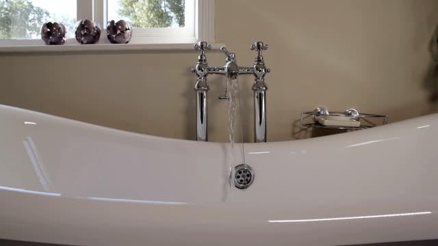 vidéos et rushes de running un bain chaud et apaisant - eau courante