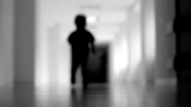 kör pojke, sjukhus, svart och vitt - fruktan bildbanksvideor och videomaterial från bakom kulisserna