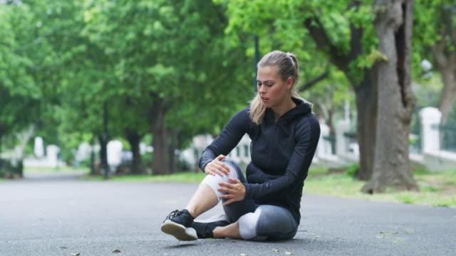 löpning kommer med vissa risker - skadad bildbanksvideor och videomaterial från bakom kulisserna