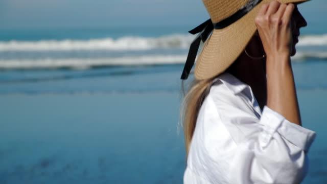 vídeos y material grabado en eventos de stock de chica corriendo en la playa del océano - disquete