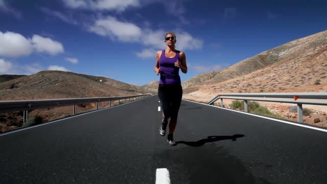 corsa in montagna - triatleta video stock e b–roll