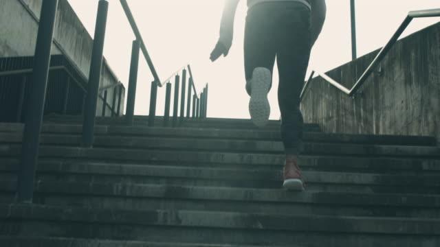 laufen in slo-mo auf der treppe im stadtgebiet - fortschritt stock-videos und b-roll-filmmaterial