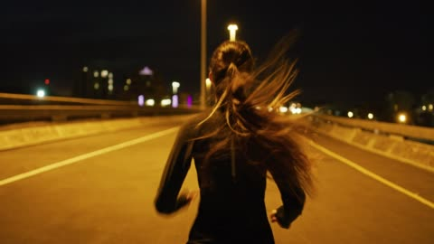 vídeos de stock e filmes b-roll de running is a great way to clear the mind - correr