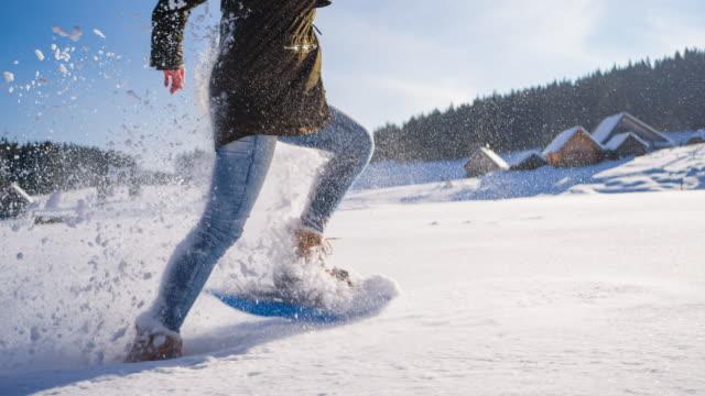 löpning på färskt stupat pudersnö med snöskor fastspänd på fötterna - djupsnö bildbanksvideor och videomaterial från bakom kulisserna