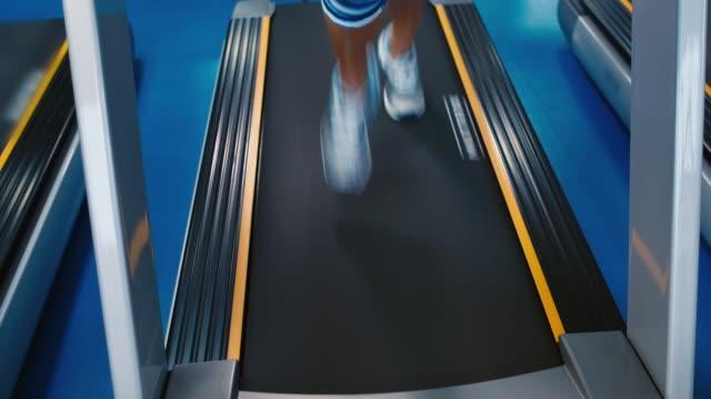vídeos de stock e filmes b-roll de running on treadmill - aparelho de musculação