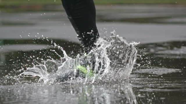 vídeos de stock e filmes b-roll de running on wet asphalt - poça