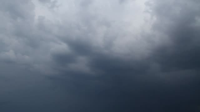 vídeos de stock, filmes e b-roll de correndo sobre a cabeça de nuvens de tempestade. - céu tempestuoso