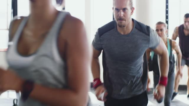 running für ihre fitness-ziele zu erreichen - fitnesskurs stock-videos und b-roll-filmmaterial