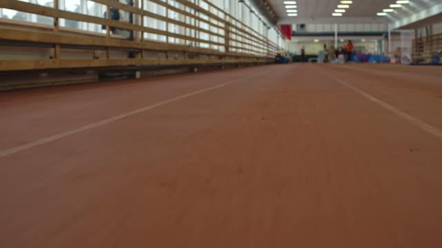vídeos de stock, filmes e b-roll de pista de corrida no estádio indoor - campeonato esportivo