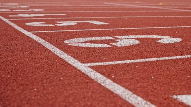 bir stadyumda şerit ile koşu pisti - pist stok videoları ve detay görüntü çekimi