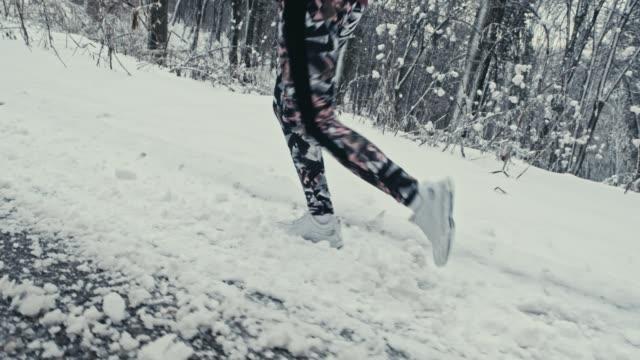 kör upp för backen - jogging hill bildbanksvideor och videomaterial från bakom kulisserna