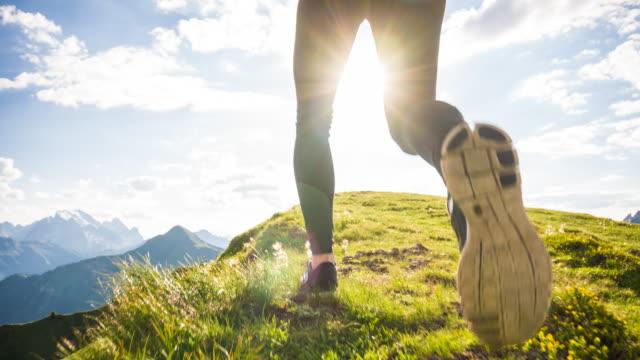 kör uppförsbacke på en skogsstig - jogging hill bildbanksvideor och videomaterial från bakom kulisserna