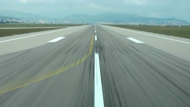 landnings bana, airstrip i flygplatsterminalen med markering på blå himmel med moln bakgrund - stationär bildbanksvideor och videomaterial från bakom kulisserna