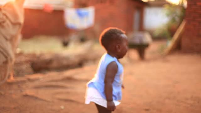 ländlichen afrikanischen baby laufen lernen - dankbarkeit stock-videos und b-roll-filmmaterial
