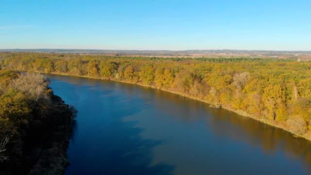 vídeos de stock, filmes e b-roll de paisagem rural com um rio (vista aérea) - largo descrição geral