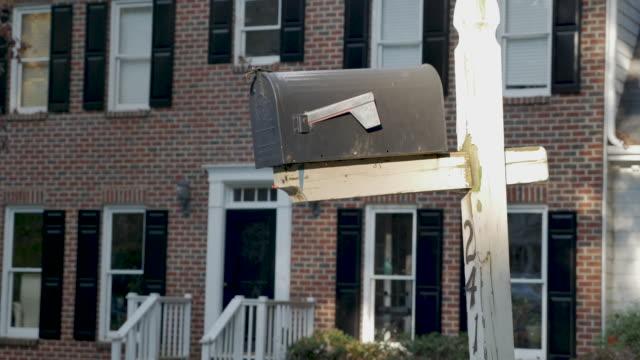 ländlicher briefkasten und holzpfosten vor dem eingang eines backsteinhauses - briefkasten stock-videos und b-roll-filmmaterial