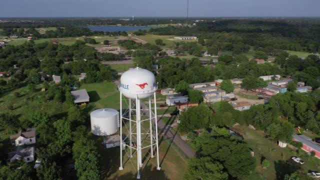 stockvideo's en b-roll-footage met landelijke weilanden en meren bekeken vanuit een kleine stad, madisonville, texas, usa - caravan
