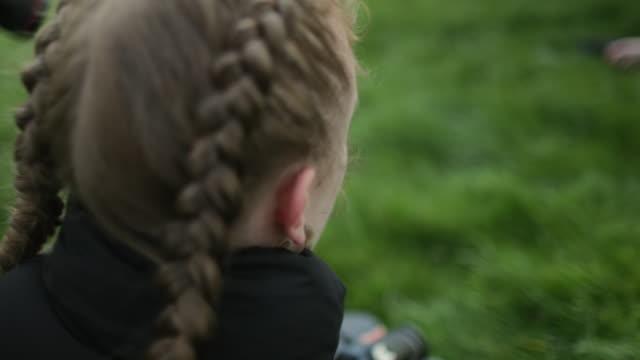 landsbygdens fotograf - endast en tonårsflicka bildbanksvideor och videomaterial från bakom kulisserna