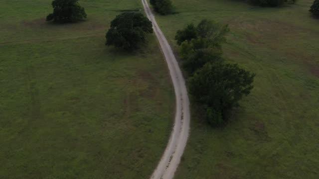 德克薩斯州鄉村道路鳥瞰圖 - 建築物特徵 個影片檔及 b 捲影像