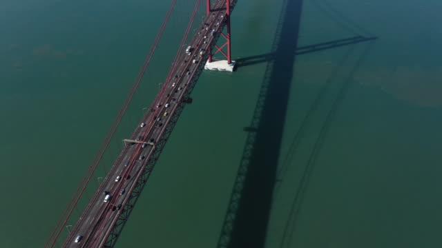 vídeos de stock e filmes b-roll de rush hour at 25th of april bridge in lisbon - ponte 25 de abril