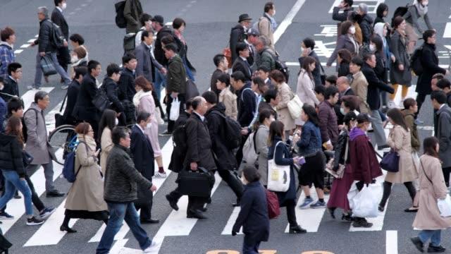 新宿東京の横断歩道通りのラッシュアワー、スローモーション - サラリーマン点の映像素材/bロール