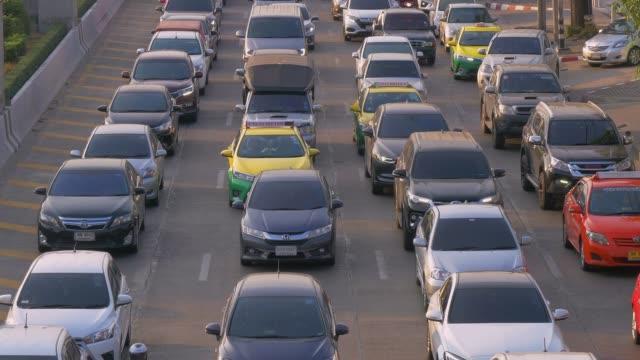 バンコク、タイで複数の高速道路でラッシュアワーの交通渋滞 - 渋滞点の映像素材/bロール