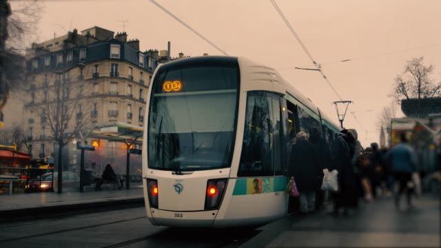 stockvideo's en b-roll-footage met rush hour tramway line station time lapse. parijs frankrijk - onderweg