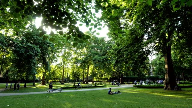 Londen Russell Square. Backlit Park Scene. video