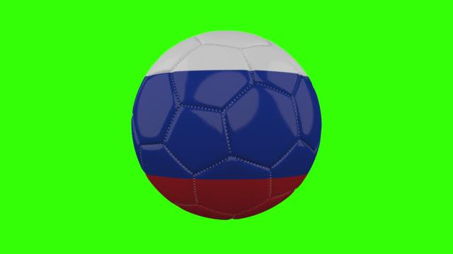 vídeos de stock, filmes e b-roll de bandeira da rússia na bola gira em fundo alfa verde transparente, loop - futebol internacional