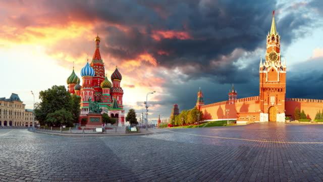 ryssland - moskva i röda torget med kreml och st. basil's cathedral, tidsfördröjning vid solnedgången, ingen - kreml bildbanksvideor och videomaterial från bakom kulisserna