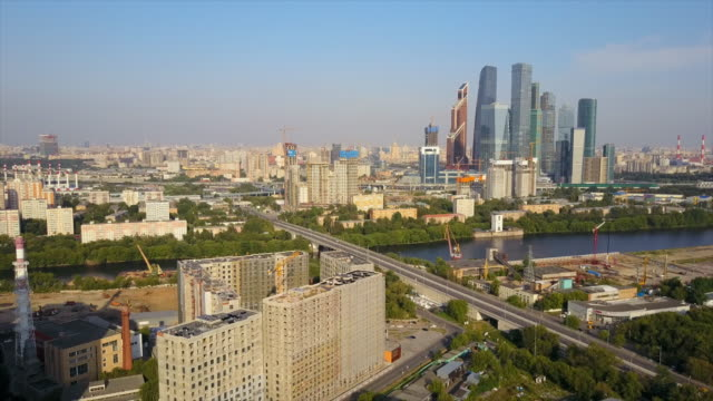 russlands sonniger tag moskau moderne stadt fluss verkehr antenne panorama 4k - moskau stock-videos und b-roll-filmmaterial