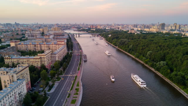 russia sunset evening moscow river traffic famous park cityscape aerial panorama 4k time lapse - rzeka moskwa filmów i materiałów b-roll