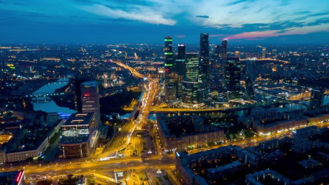 russland sonnenuntergang himmel nacht licht moskau stadt verkehr ringstraße aerial panorama 4k zeitraffer - moskau stock-videos und b-roll-filmmaterial