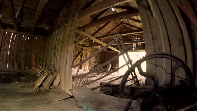 rustik terk aracı barn shed - ahır stok videoları ve detay görüntü çekimi