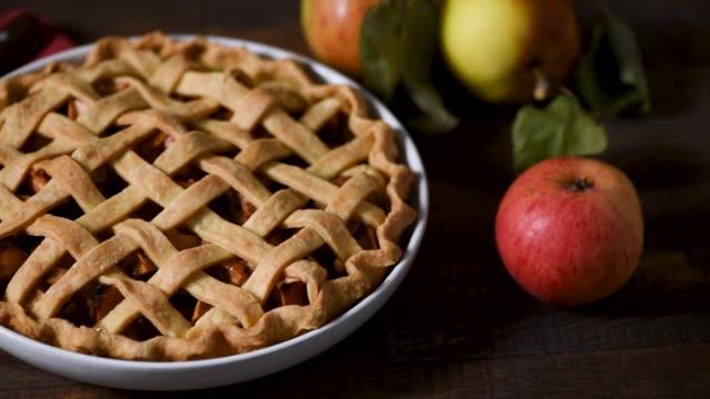 rustik äppelpaj på träbord - fett näringsämne bildbanksvideor och videomaterial från bakom kulisserna