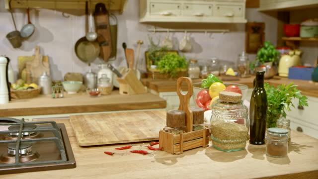 ds の素朴なスタイルのキッチン - キッチンカウンター点の映像素材/bロール