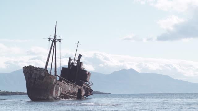 rostig trasiga skeppsbrott vid havets strand - kapsejsa bildbanksvideor och videomaterial från bakom kulisserna